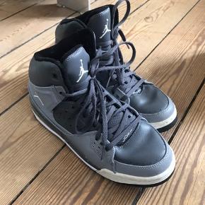 Nike Jordans. Helt fin stand, brugt meget lidt. Str. 40, 25 cm - passer dog en 39.