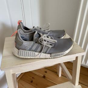Adidas 39 1/3. Hul i snuden på venstre sko (se billede)