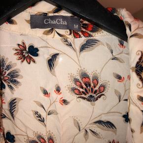 Fin lang skjorte med mønster fra ChaCha i str m Brugt, men fejler intet