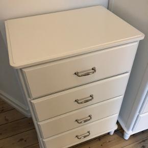 Tyssedal kommode fra IKEA med fire skuffer.  Købt i 2019 - meget lidt brugt, rigtig fin stand. Nypris 1299,-  Mål i cm: H:102 x D:49 x B:67  Afhentes på Frb C  Bytter desværre ikke - men bud modtages gerne :-)