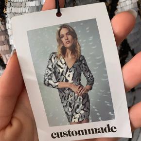 Fed kjole fra Custommade, med pailletter. Den er helt ny! Perfekt til nytårsaften f.eks. Den har en v udskæring både foran og bagpå. Nypris: 2000 kr.