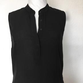 Asymetrisk, lang tunika uden ærmer med slids i siden & bindebælte·  Brystvidde: 2 x 51cm  Hoftevidde: 2 x  55cm Længde foran: 100 cm, bagpå 115 cm Materiale: 100% viskose. Prisen er fast · Mængderabat · Bytter ikke :)