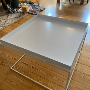 HAY Tray sofabord  60x60 cm H: 35/39  Brugt, men i fin stand ellers.  Som det ses på billede 3, er der et lille hak, hvor den hvide emalje er gået af. Dette er ikke forsøgt udbedret.  Nypris: 1549 kr.