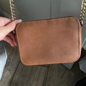 Hej. Sælger denne fine Michael kors taske.   Den har en smule slid på en af hjørnerne (kan ses på første billede) men ellers er den i perfekt stand (man kan selvfølgelig se at den er lidt brugt indeni).