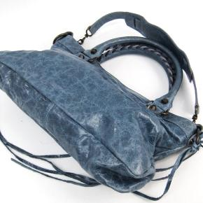 Flotteste Balenciaga taske, fejler intet på hanke, hjørner eller lign. I virkelig flot stand. Sælges billigt da det haster med salg.   Balenciaga City, Balenciaga first