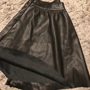 Smuk leder nederdel med ruskind inden i. Kommer fra et ikke- ryger hjem og er aldrig brugt!