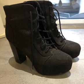 Fine støvler fra hogm lidt slid på hælen brugt få gange.
