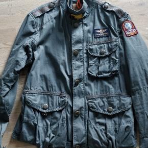 Sælger denne jakke fra Parajumpers. Fed armygrøn! Køb brugt, men sælges, da den var for stor til mig. Der har været et lille hul i den, som er blevet syet af en professionel, så det kan slet ikke ses.