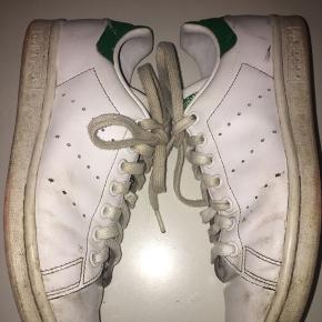 Sælger disse Adidas Stan smith sneakers i en str. 38 kan også passes af en 37 og 38,5. De er brugte, men man kan købe nye snørebånd til den billigt, så det får et mere nyt look. Er åben for bud, prisen er ikke fast.