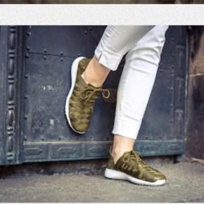Disse Nike sneakers i str. 38.5 er kun brugt enkelte gange, men trænger til at blive støvet af. Ellers er standen på skoen fantastisk.