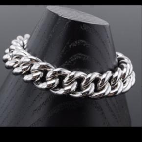 Kraftigt armbånd i Sterling sølv.   Længde: ca.20cm  Vægt: 39g  Nyt og uden brugsspor.