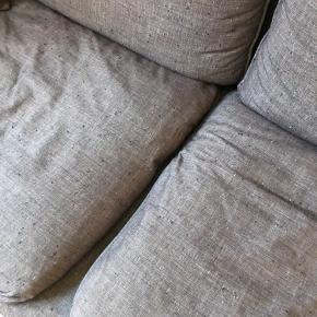 God men brugt grå sofa fra Bolia. En pude medfølger.  Måler i længden 228 cm, højde 65 cm og dybde 100 cm.  Skal afhentes i Kbh V. Jeg kan hjælpe med at bære ud.   Bytter ikke🌸