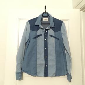 Lækker denim look skjorte fra ganni 100% cotton, god stand den passer mig bare ikke længere.