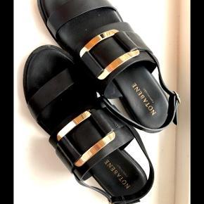 Flotte Notabene sandaler med guldspænde. Gode at gå i ⭐️  NP: 1000,-