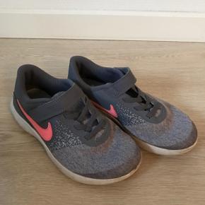 Smarte grå kondisko, str. 33.5, Nike, brugt men meget pæne.10% af prisen går til Kræftens Bekæmpelse (Team Vejdik, Stafet For Livet) Se mere på mostermette.dk (IG657)