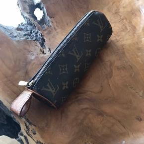 Sælger dette skønne penalhus fra Louis Vuitton det er en meget ældre model så har ikke kvitte da jeg har opkøbt af en samler  Handler med at mødes eller mobilpay