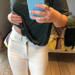 Hvide rowe bukser i str. 29/30 fra Weekday. Aldrig vasket, prøvet på nogle gange, men ikke brugt 💙 sælges da de er for små