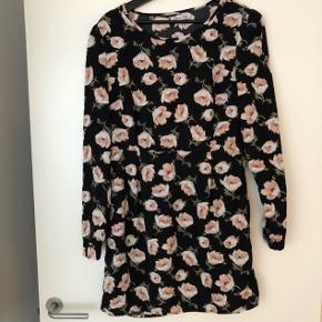 Sort kjole med blomster - lynes i siden Passer en s/m  Hentes på Islands Brygge 🌸