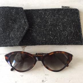 Flotte helt nye solbriller med etui .  Nypris 750kr  Sender med Dao eller afhentes