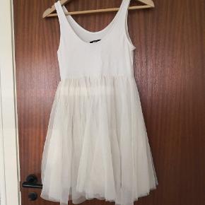 Sød kjole/top med tyl. Har 2 lag ved tylet og er derfor ikke gennemsigtig.  ▪️Sender gerne/køber betaler porto ▪️Returnerer ikke ▪️Kun fra dyrefrit hjem