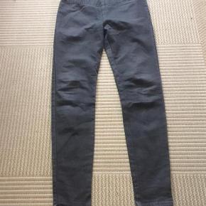 Minus lækre grå kraftige stretchbukser m elastiktalje str 40.  Taljevidde ca 2x46 cm og indvendig benlægde 80 cm.