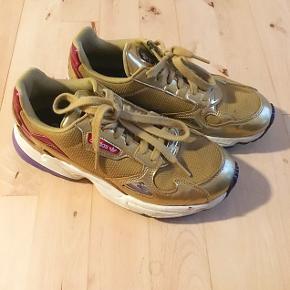 Adidas Falcon sneakers i guld, brugt få gange :) str. 39,5 Prisen er uden fragt.