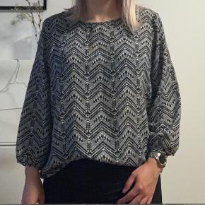 Jeg sælger denne fine bluse, da den er blevet for stor