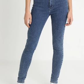 Jeg sælger disse helt nye Levi´s jeans da jeg ikke får de, brugt. De er helt nye med mærke.  Størrelse: W26/L28  MILE HIGH SUPER SKINNY - Jeans Skinny Fit Extra high rise Materiale: 85% bomuld, 9% polyester, 6% elasthan