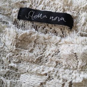 Smuk blonde bluse i kraftig kvalitet.