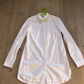 Fin skjortekjole med perlepynt hele vejen ned oven på knapperne hele vejen ned. Ny og ubrugt da min datter ikke ville bruge den.