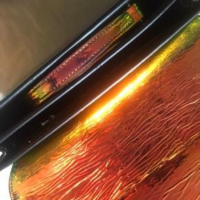 Helt ny taske fra samsøe samsøe  Nypris 1600  Ret vild taske der skifter farver i lyset