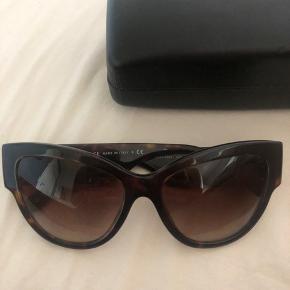 Super smukke solbriller, den ene side sidder lidt løst, men det kan fikses med en skrue. Udover det er glasset en smule ridset men ikke noget man bemærker når man har dem på.