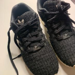 Adidas zx flux med sorte glimmertråde i stoffet. Super fede, men ikke rigtig brugt