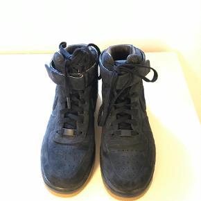 Varetype: Sneakers Farve: Blå  Flotte Air Force fra Nike. De er str. 41, men jeg bruger normalt str. 40 i sko og synes, disse passer mig i længden (min fod måler 25,5 cm.). Dog er de for brede til mine smalle fødder og sælges derfor. De er rigtig pæne - der ses dog lidt slid øverst indvendigt, hvor skoen er i kontakt med buksekant, men dette ses ikke, når de er på. Brugt ganske få gange. Porto er et skøn - afhænger af købers valg af porto.