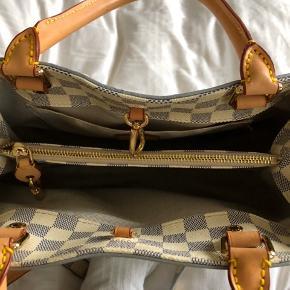 Taske incl pung. Super kvalitet i lækkert læder og perfekte detaljer. Tasken brugt 2 gange, fremstår som ny, pung aldrig brugt.  Blå og hvid tern med forgyldt lås med nøgler.  Skulderrem medfølger.