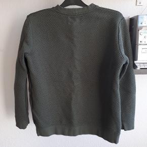 Grøn trøje fra Samsøe & Samsøe.   Måler ca 50 cm fra ærmegab til ærmegab og 55 cm i længden. Np 600 kr.  Kan hentes i Roskilde eller sendes med DAO mod betaling af fragt.  #30dayssellout