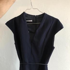 Varetype: business suit kjole Farve: Mørkeblå  Flot kjole med bælte fra Mango suit.  Den sælges for 75 + porto eller kan afhentes på Østerbro :-)