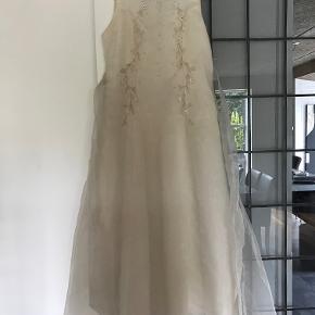 Elegant brudepigekjole str. 140 (5-6 år) fra Jocko by Jolly-Tex.  Kjolen er fra år 2000 og kun brugt én gang til et bryllup.    Kan afhentes/afsendes fra Aarhus.