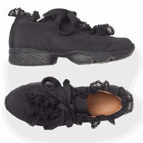 Ganni sneakers(harriet) Er stort set aldrig brugt, men kom desværre til at rive dem på en skarp genstand under min flytning. (Dustbag medfølger)