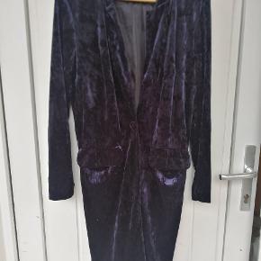 One Two Cardigan. Mørkeblå velour lang cardigan eller jakke til en sommeraften.