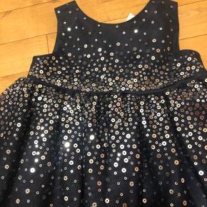 Sælger denne smukke kjole brugt en gang, kommer fra et røg og dyrefrit hjem🙂 pris er 90kr eller byd🙂