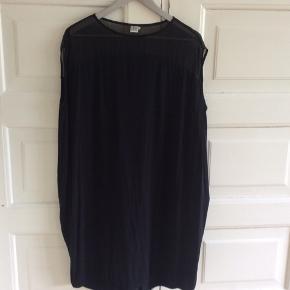 Fin kjole i oversize. Gennemsigtig foroven hvilket giver en fin detalje. Kan både dresses op og ned. Længde 102 cm. Brystvidde 75*2 cm.