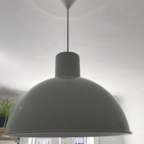 💡Designerlampe tegnet af Jo Hammerborg i 70'erne💡  ❄️☔️Nu er vi nået de kolde mørke vinter måneder, så hvis du står og mangler en pæn designer lampe til en skarp pris så send mig en besked ☔️❄️  💥💥NY PRIS💥💥LIGE NEDSAT  🌸Kendt som Maxi Bunker. Fuldstændig som originalt.   🌸Jeg har flere hvis man interesseret i sæt.   🌸45cm i diameter og 35cm i højden.   🌸Muligt at mødes i KBH!  🌸Skriv hvis du har yderligere spørgsmål😊  🌸Farven er lys grå (ser en smule hvid ud)    Ingen retur, bytte eller penge tilbage🌸  Skambud modtages ikke❌