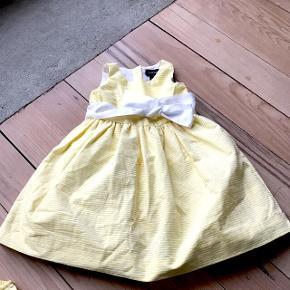 Fin gul stribet kjole med tyl under kjolen Tilhørende små ble trusser/ rompers  følger med . Aldrig brugt