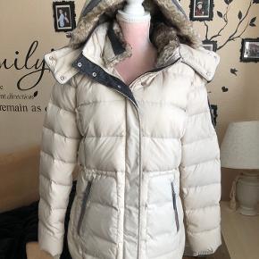 Aldrig brugt vinterjakke  Har været min mors men det var et fejlkøb  Str xl (42)  Mp 500kr + fragt + ts gebyr