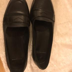 Læderet fejler intet, men der er brugstegn i form af at læderet er blødt de steder hvor skoen bukker/bøjer når man går, hvilket også kan ses på billederne