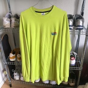 """Langærmet Neon T-Shirt  Af de Koreanske mærke Bluff Købt i Vietnam i Januar 2019 for 600kr Logo med """"Mad Beach Surf Club"""" både på brystet og på ryggen"""