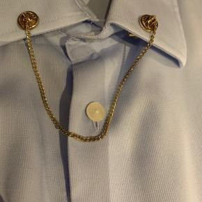 Smykke til skjorte som alternativ til slips/butterfly