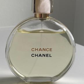 Chanel Chance eau de parfum 100 ml. Kun brugt få gange. Købt i sommeren 2019. Nypris 1.100 kr.