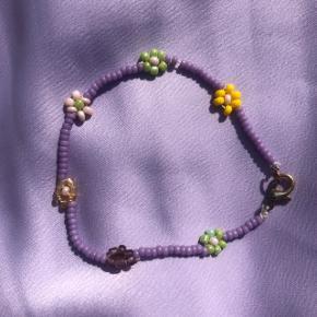 Perle armbånd med blomster  💮Prisen er fast og inkl porto